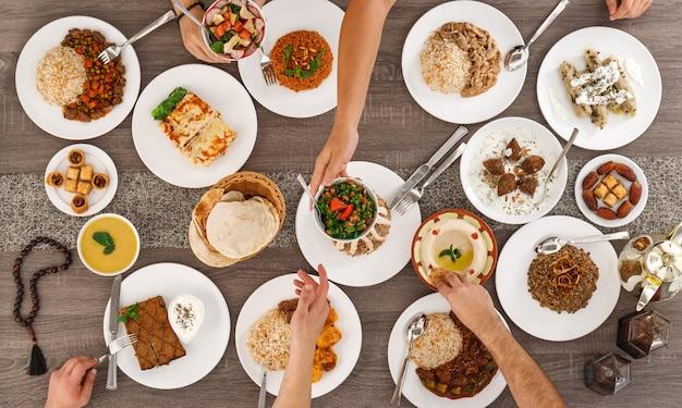 Draufsicht des tisches mit essen. libanesische küche.
