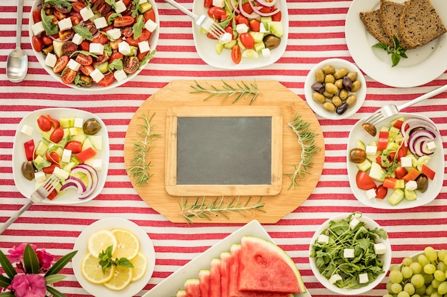 Draufsicht des tisches mit fisch, salaten, obst und gemüse Premium Fotos
