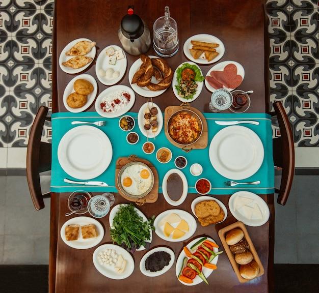 Draufsicht des traditionellen aserbaidschanischen frühstückssets im restaurant