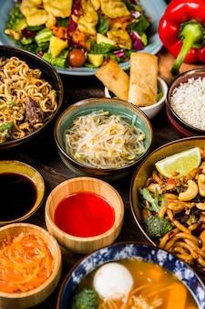 Draufsicht des traditionellen thailändischen lebensmittels auf einem holztisch