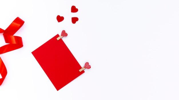 Draufsicht des valentinsgrußtagespapiers mit herzen und band