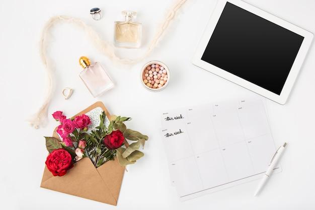 Draufsicht des weiblichen arbeitsbereichs des weißen büros mit laptop