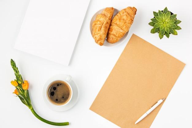 Draufsicht des weiblichen arbeitsplatzes des weißen büros mit notizbuch