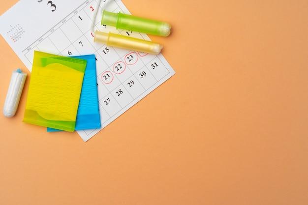Draufsicht des weiblichen menstruationskalenders und der hygienepads