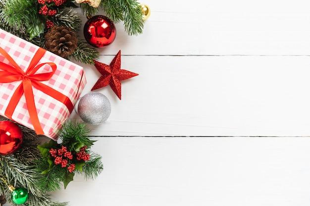 Draufsicht des weihnachtsbaums und der weihnachts- und neujahrsfeiertaggeschenkbox mit dekorativem orna