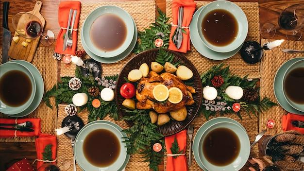 Draufsicht des weihnachtsessens mit truthahn