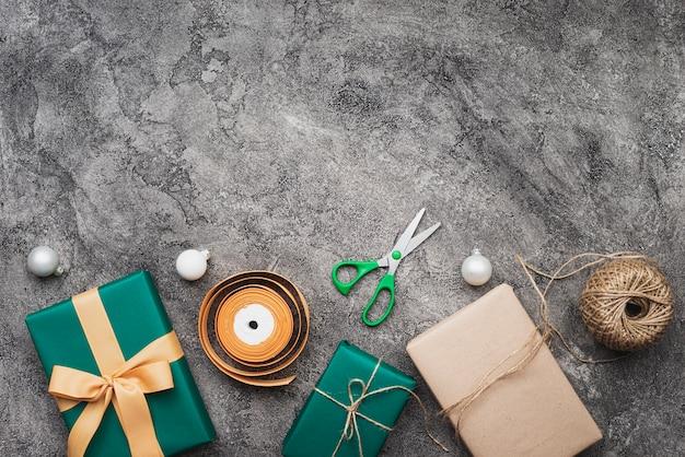 Draufsicht des weihnachtsgeschenks auf marmorhintergrund mit kopienraum