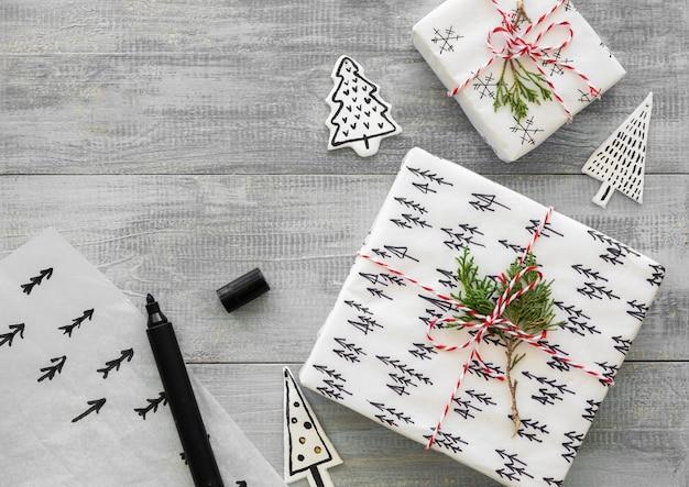 Draufsicht des weihnachtsgeschenks mit bäumen
