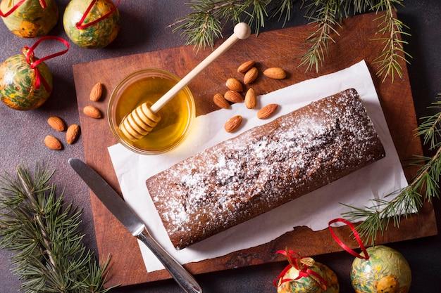 Draufsicht des weihnachtskuchens mit honig und mandeln