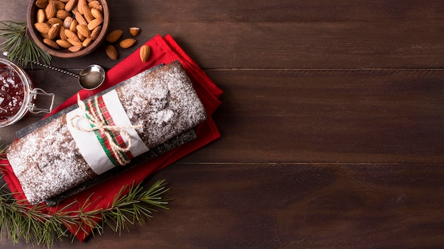 Draufsicht des weihnachtskuchens mit mandeln und kopienraum