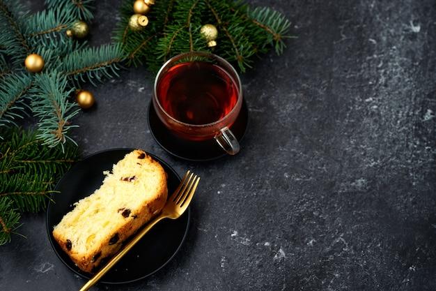 Draufsicht des weihnachtskuchens und der tasse tee