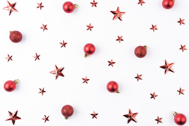 Draufsicht des weihnachtsroten balls und des sternes auf weißem hintergrund.