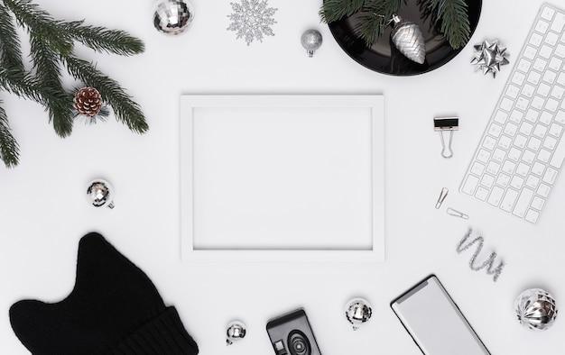Draufsicht des weißen schreibtisches mit modellpapierkalender