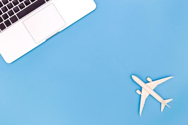 Draufsicht des zubehörs des reisenden, blaues schreibtischbüro