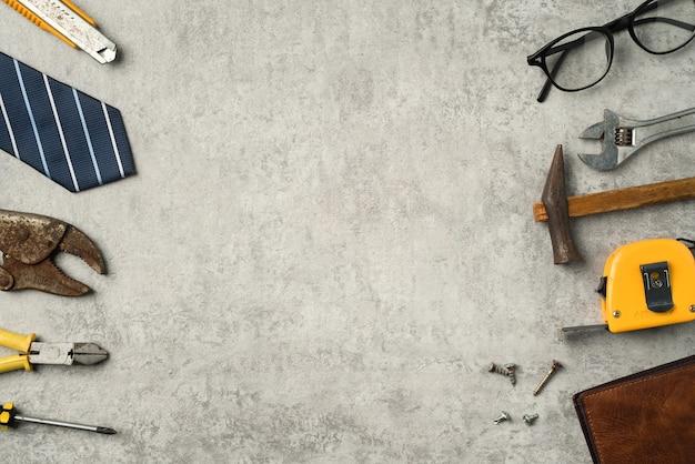 Draufsicht-designkonzept des vatertags und des arbeitstages mit arbeitswerkzeugen auf blauem hintergrund