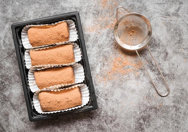 Draufsicht dessert mit kakaopulver