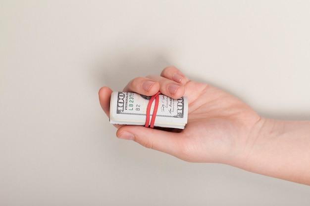 Draufsicht, die banknoten hält, die mit gummiband gebunden werden
