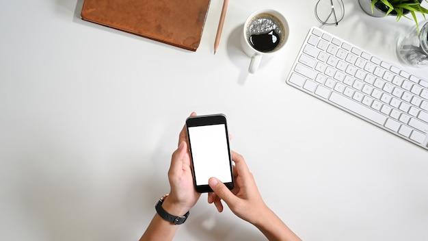 Draufsicht die hände der frau unter verwendung des smartphone