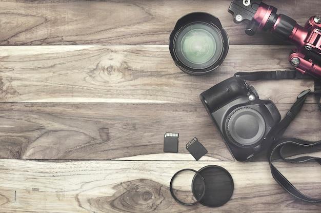 Draufsicht digitalkamera und smartphone auf hölzernem hintergrund