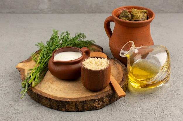 Draufsicht dolma mit hackfleisch im inneren zusammen mit joghurt und olivenöl auf dem grauen boden
