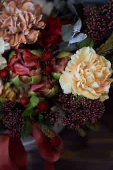 Draufsicht ein herbstblumengesteck