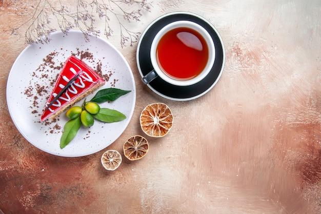 Draufsicht ein kuchen eine tasse teeteller des kuchens getrocknete zitronenbaumzweige