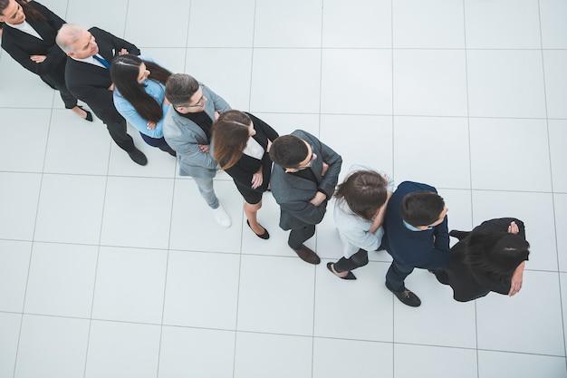 Draufsicht. eine gruppe verschiedener geschäftsleute, die in einer warteschlange stehen