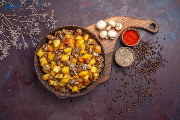 Draufsicht eine schüssel mit essen eine schüssel mit kartoffeln mit champignons weiße champignons und bunte gewürze