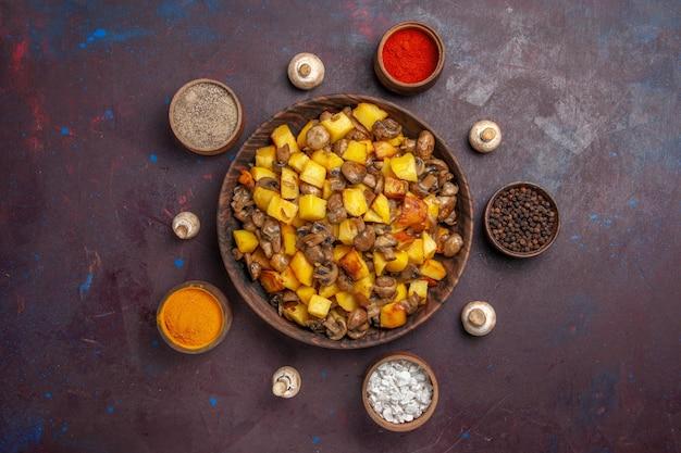Draufsicht eine schüssel mit essens- und gewürzschüssel mit kartoffeln und pilzen und bunten gewürzen