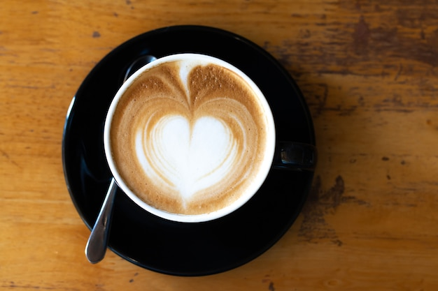 Draufsicht eine tasse late art kaffee ziehen herz scharf