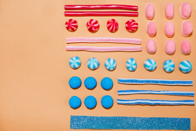 Draufsicht einer bunten süßen zuckersüßigkeiten in einer reihe