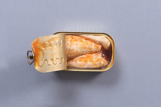 Draufsicht einer dose eingelegter sardinen auf grau