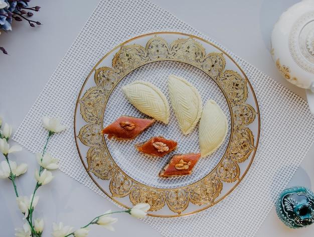 Draufsicht einer platte mit nationalem azerbaijani pakhlava und shekarbura als novruz symbol