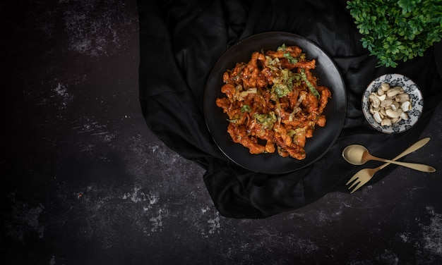 Draufsicht einer schüssel salat- oder acajounusssalats in einem dunklen hintergrund