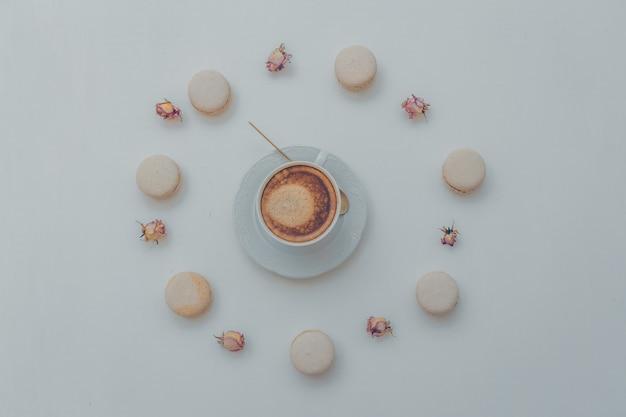 Draufsicht einer tasse kaffee mit keksen und dekorativen gegenständen auf weiß