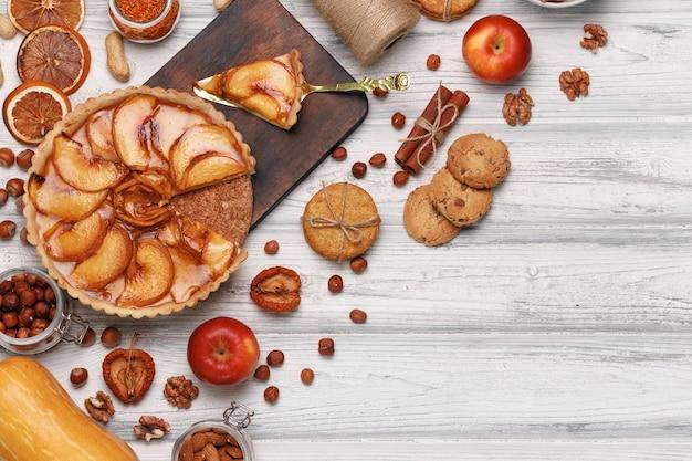 Draufsicht eines apfelkuchens auf weißer holzoberfläche
