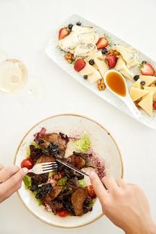 Draufsicht eines fuß flatlay, des köstlichen salat- und käsesatzes