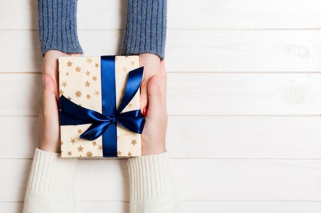 Draufsicht eines geschenkes in den männlichen und weiblichen händen