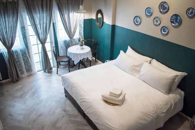 Draufsicht eines hotelschlafzimmers in thailand.