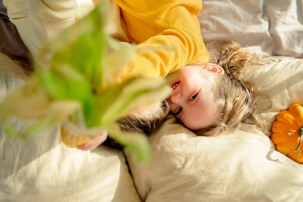 Draufsicht eines kindes, das mit mais spielt