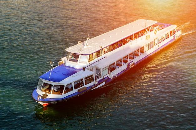 Draufsicht eines kleinen bootes, das in das meer schwimmt und wellen verursacht. erstaunliche ansicht zum yachtmeer am tag