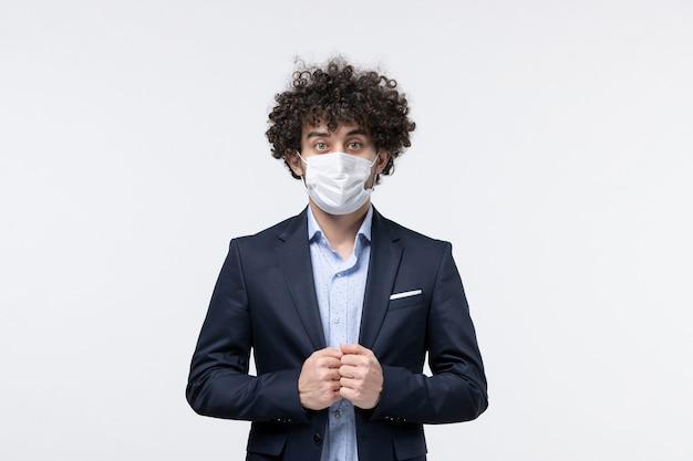 Draufsicht eines männlichen unternehmers im anzug und posiert für die kamera auf isolierter weißer oberfläche