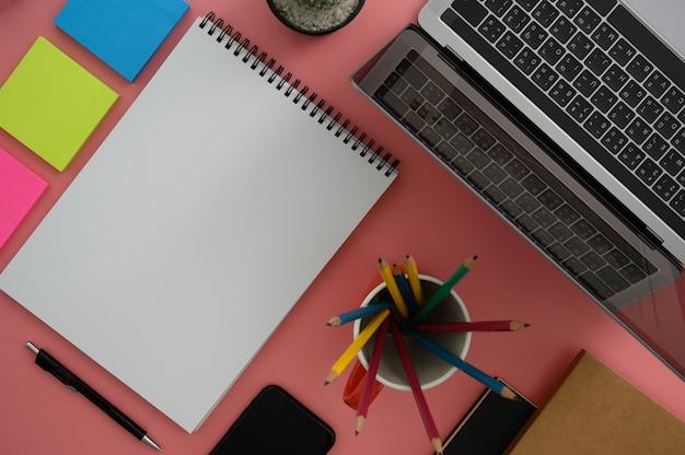 Draufsicht eines mannes mit laptop beschäftigt arbeiter nahaufnahme von kreativen designer-desktop mit sauberen computer