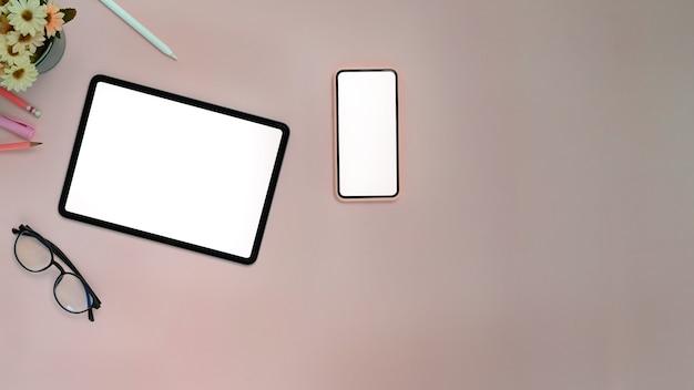 Draufsicht eines tablets und des smartphones auf tisch