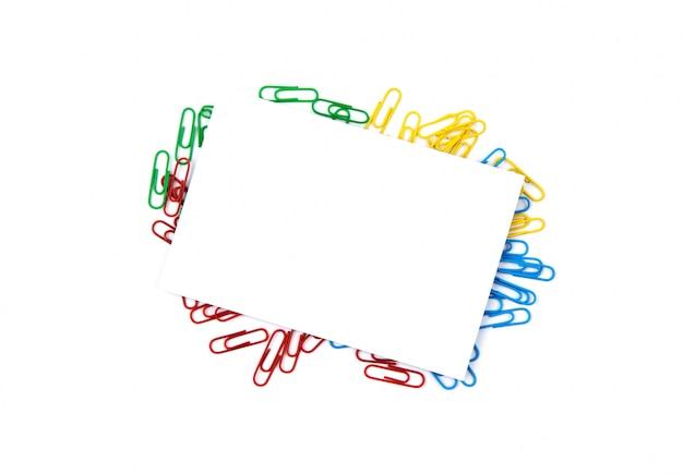 Draufsicht eines weißen blattes papier liegend auf büroklammern. kopieren sie platz für text