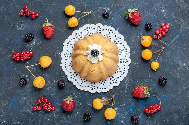 Draufsicht einfacher leckerer kuchen mit sahne und brombeere zusammen mit beeren auf dem dunklen schreibtischkuchenkeks süße backfrucht