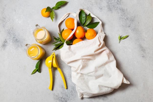 Draufsicht einkaufstasche mit orangen und saft