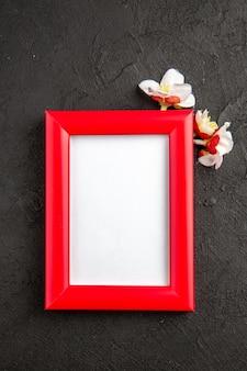 Draufsicht eleganter bilderrahmen mit roten ecken auf der dunkelgrauen oberfläche porträt familiengeschenk fotogeschenk farbliebe