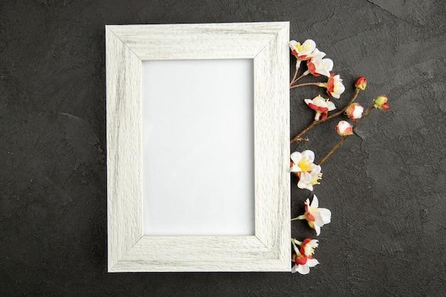 Draufsicht eleganter bilderrahmen weiß gefärbt auf dunkelgrauer oberfläche familienfarbe geschenk foto portrait liebesgeschenk
