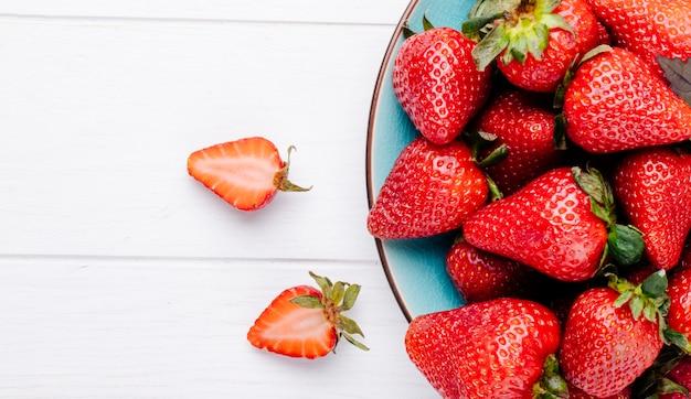 Draufsicht erdbeere auf weißem hintergrund